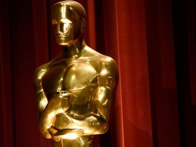 El premio Oscar, que se sigue chapando en oro de 24 quilates, conserva sus dimensiones: 34,2 centímetros (13,5 pulgadas) de alto y 3,8 kilos (8,5 libras) de peso. (AP)