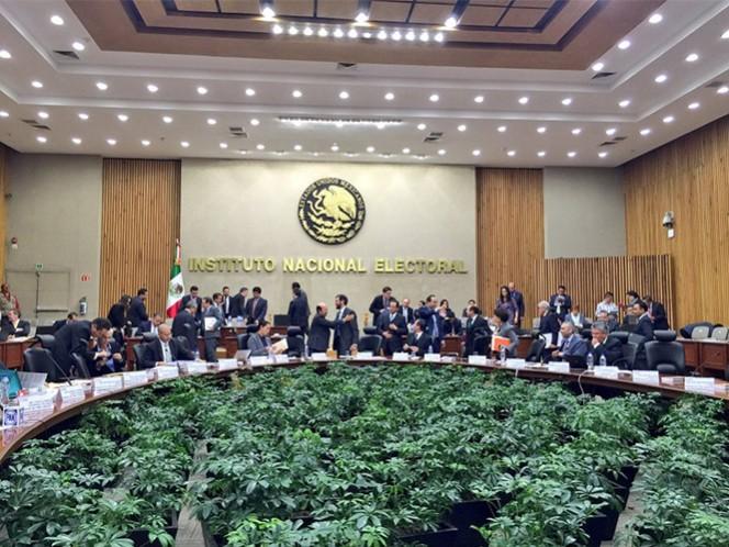 INE inicia entrega de constancias a aspirantes independientes a la Asamblea Constituyente