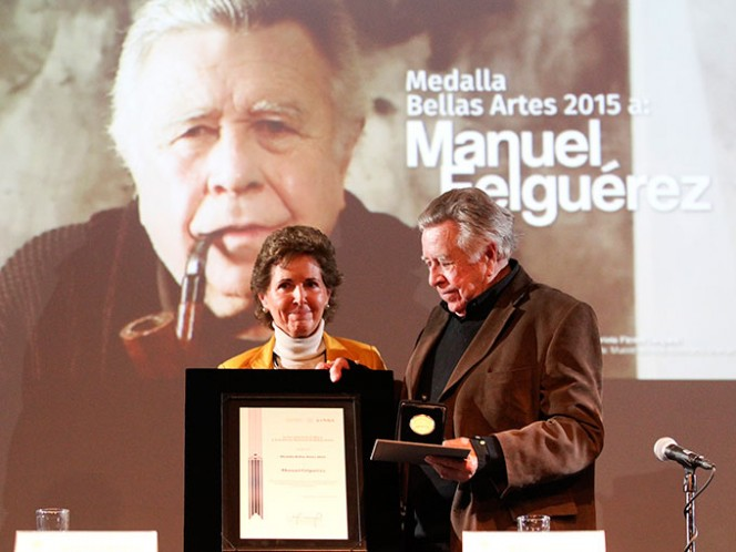 La ceremonia inició con la proyección de un video de la obra de Manuel Félguerez y los fuertes aplausos del público que lo ovacionó. Foto: Notimex