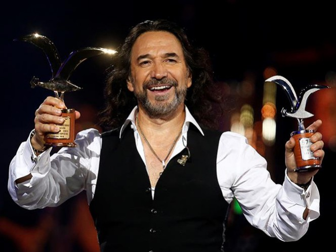 'El Buki' sostiene sus trofeos, entregadas anoche por el publico chileno de la Quinta Vergara. (EFE)