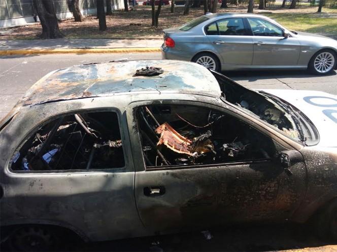 Una patrulla de Vigilancia UNAM fue incendiada por jóvenes quejosos.