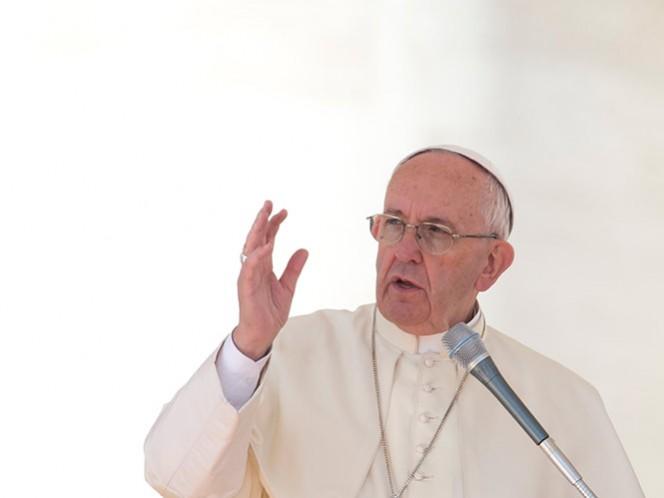 """Jorge Mario Bergoglio terminó la mañana con una audiencia a los participantes en un congreso internacional promovido por el Pontificio Consejo """"Cor Unum"""", en el Aula Pablo VI del Vaticano."""