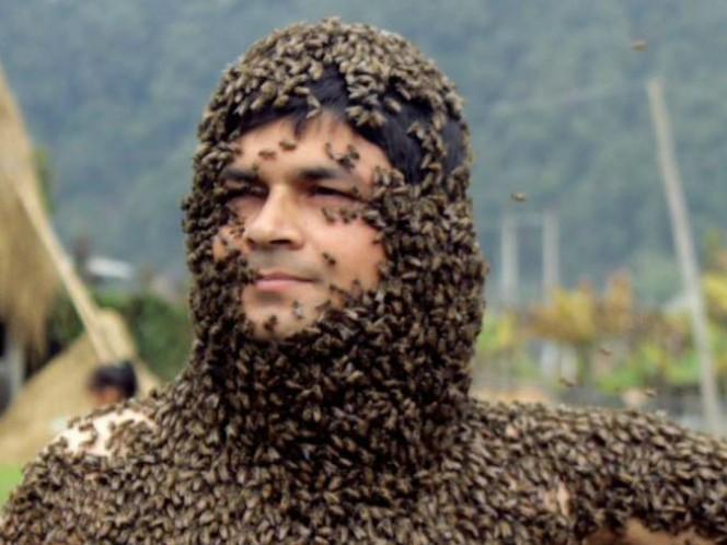 Surya Prasad Lamichhane se cubrió con 30 mil abejas