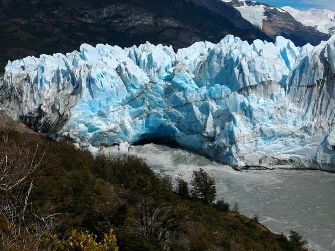 Ante el gran espectáculo, multitud de curiosos y medios de comunicación comenzaron a instalarse en las pasarelas del Parque Nacional Los Glaciares, en la sureña provincia de Santa Cruz, uno de los más visitados del país, con cerca de 700.000 turistas cada año.