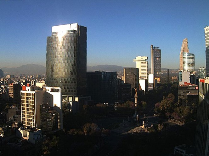 Aspecto de la mañana de este domingo en la zona céntrica de la Ciudad de México, totalmente despejada, pero muy fría