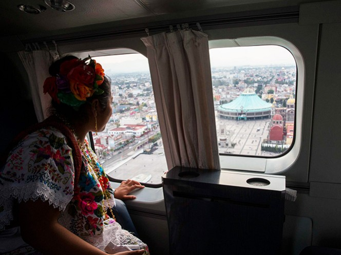Fátima Chay Chi, en el avión presidencial, en el momento de pasar cerca de la Basílica de Guadalupe