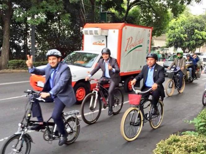 Los panistas arribaron a la sede legislativa en bicicleta