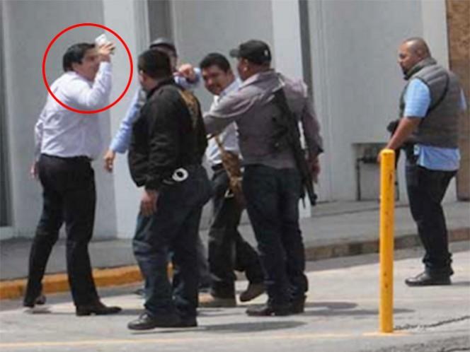 José Luis Romero Calzada, diputado local de San Luis Potosí, al momento de enfrentarse a los policías