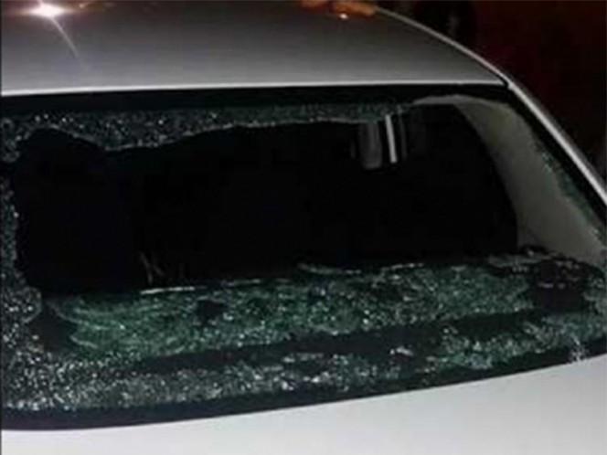 Un auto que presta el servicio Uber fue atacado a pedradas y una mujer, la pasajera de la unidad, resultó lesionada