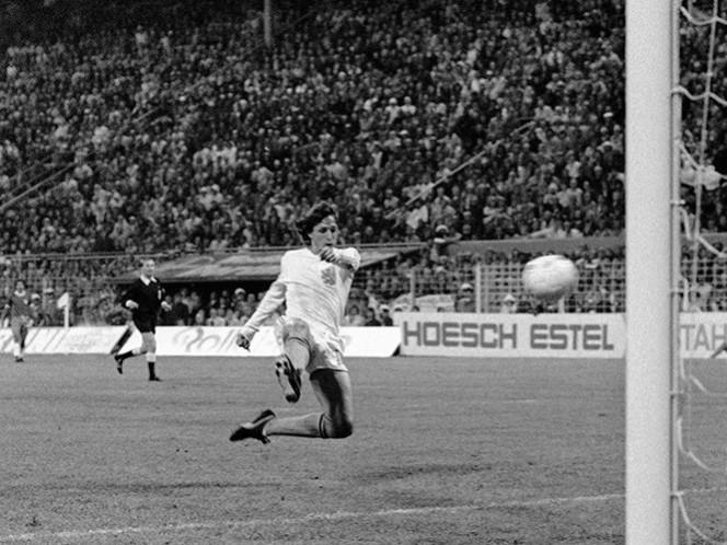 El holandés Johan Cruyff anota un gol contra Brasili en la Copa del Mundo el 4 de julio de 1974 en Dortmund, Alemania (Fotos: AP)