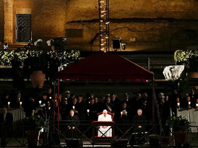 El Papa inicia el Viacrucis en el Coliseo romano