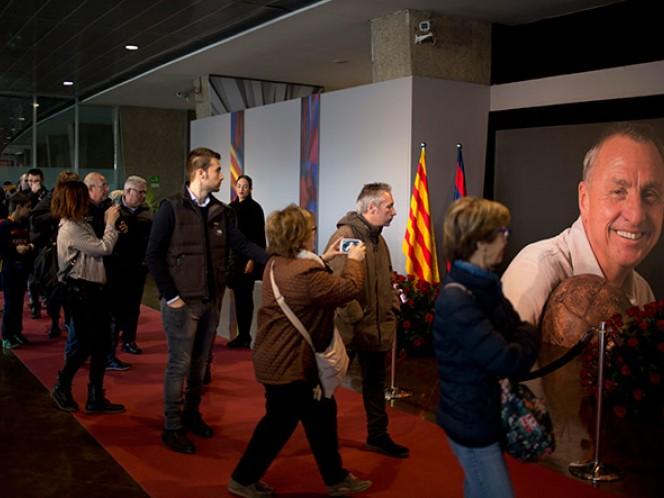 Decenas de aficionados rinden homenaje a Johan Cruyff, ídolo del Barcelona que falleció esta semana de cáncer pulmonar (AP)