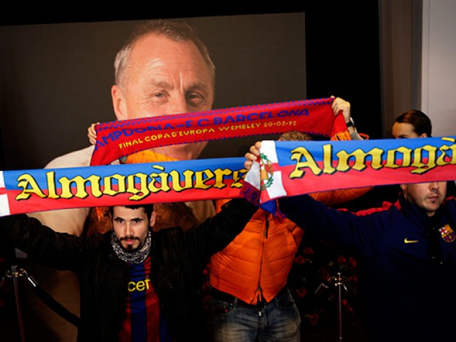 Los asistentes pueden firmar un libro de condolencias y desfilar frente a una enorme foto del exfutbolista y técnico del Barsa (EFE)