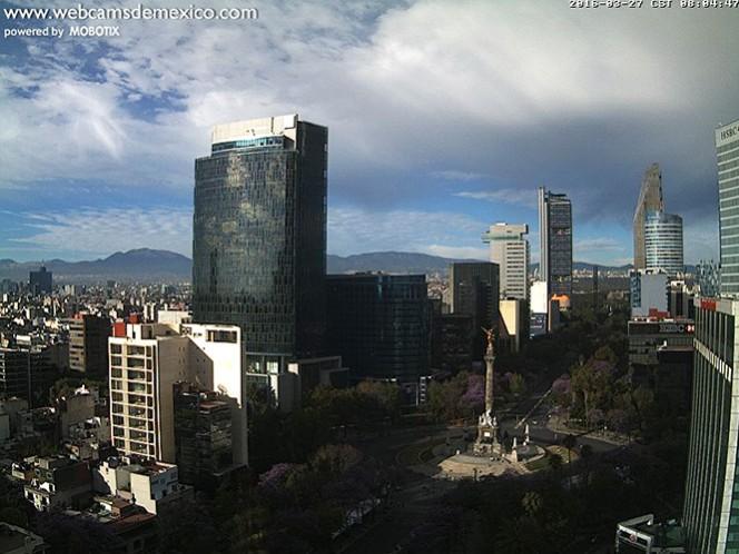 Domingo seminublado y caluroso en la zona céntrica de la Ciudad de México
