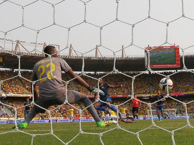 el arquero Domínguez sólo miró cómo el esférico se incrustaba en su arco (AP)