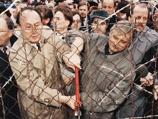El momento culminante en su vida como político fue cuando durante el proceso de la caída del Muro de Berlín anunció a miles de alemanes orientales refugiados en la embajada de Alemania Occidental en Budapest, que había conseguido que ese país autorizara su traslado a Alemania Occidental. Hungría formaba parte del bloque soviético.