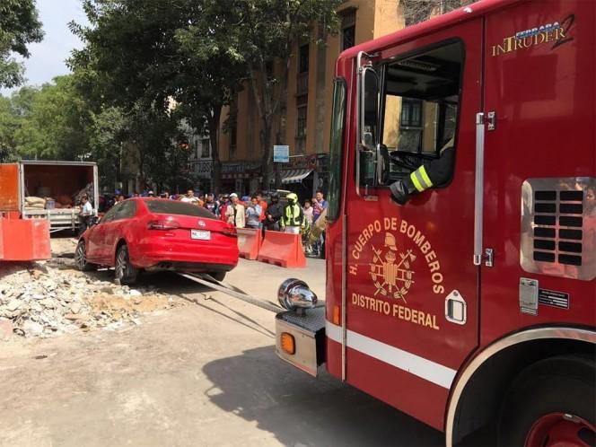Se ató el auto al camión de bomberos para poder remolcarlo y sacarlo de la zanja. Foto: José Antonio García