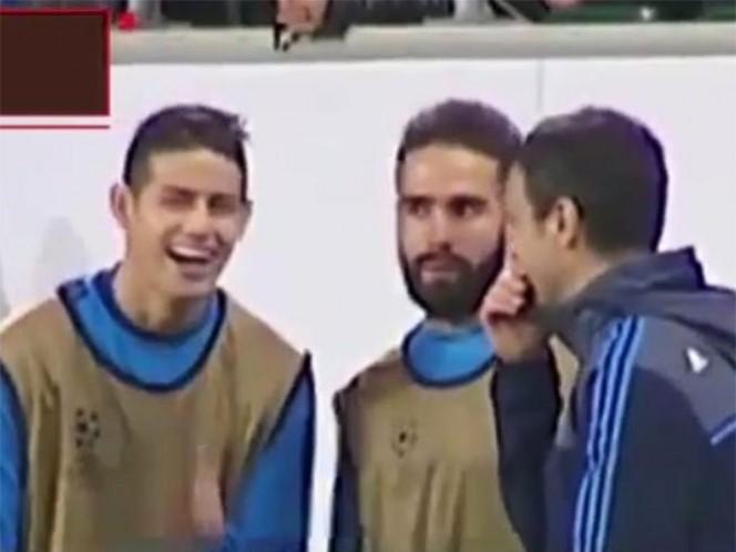 Cuando el Wolfsburgo iba 2-0 ante el Real Madrid, durante su calentamiento James Rodríguez se empezó a reír por un comentario del preparador físico (Foto: Captura de pantalla)