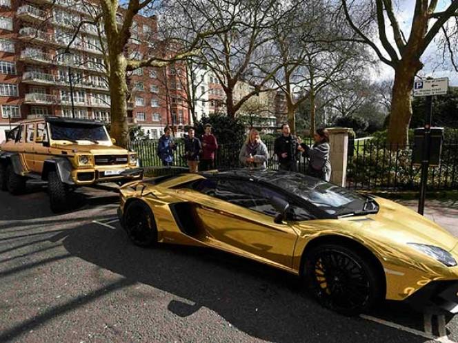 Asombro causaron en las calles de Londres una flota de espectaculares vehículos de lujo estacionados en las calles de la ciudad. Lo más llamativo es que los automóviles están bañados en oro.