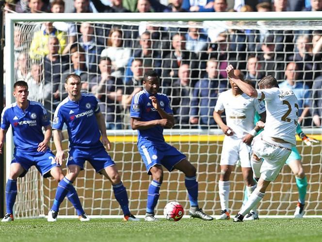 Un tanto del atacante islandés Gylfi Sigurdsson mediada la primera mitad infligió al holandés Guus Hiddink su primera derrota como técnico del Chelsea (Reuters)