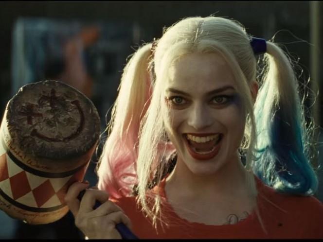 Margot Robbie como Harley Quinn, con el martillo que la ha acompañado a lo largo de varios cómics