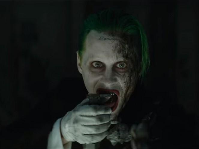 The Joker lanzando una de sus conocidas granadas de humo