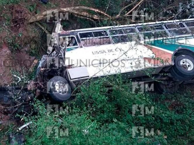 El accidente se produjo luego de un choque con otro camión que rebasaba a una camioneta en una curva