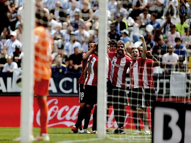En primer plano el portero mexicano y detrás, el equipo vasco festeja el tanto de Raúl García. (EFE)