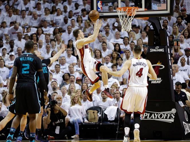 Goran Dragic anotó 25 puntos y encabezó al Heat. (AP)