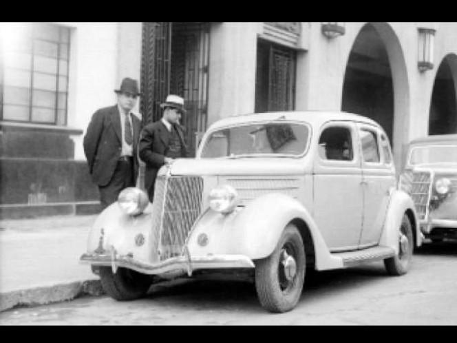 1930, dos sujetos tomando un taxi. Foto: Setravi