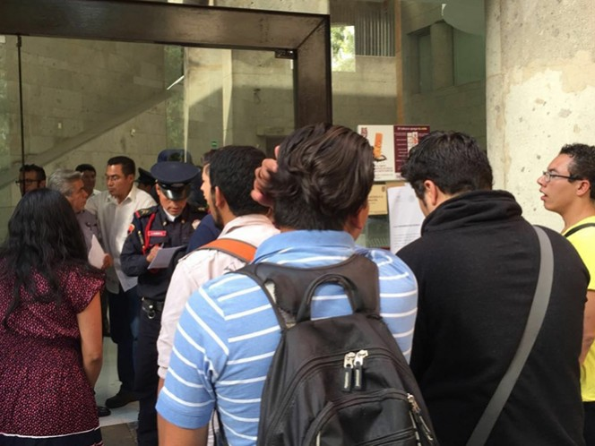 Integrantes de la Asamblea General Politécnica, a su llegada a la reunión privada que sostuvieron la tarde del miércoles con directivos del IPN en las instalaciones de la dirección general en Zacatenco. Foto: Cuartoscuro