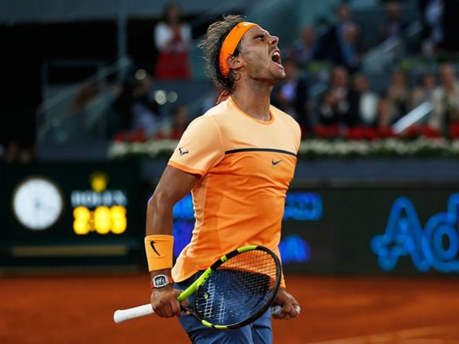 El tenista Rafael Nadal sufre logra las semifinales contra Andy Murray en el Mutua Madrid Open (AP)