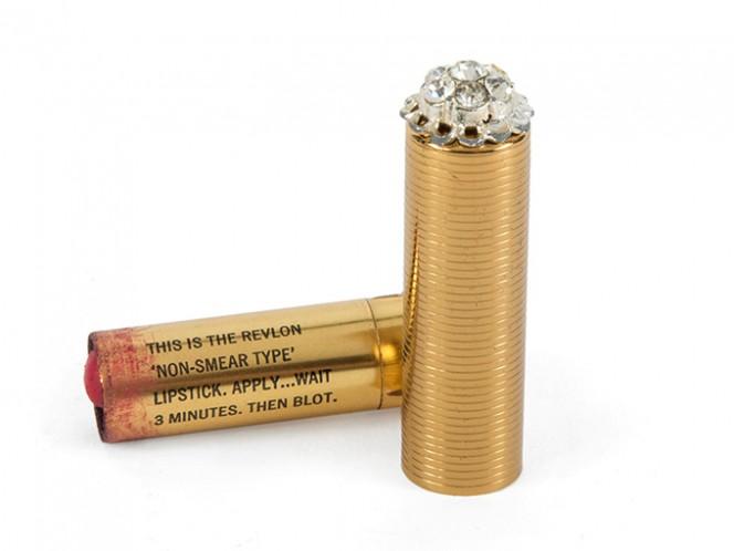 Un labial marca Revlon que era parte de lo que contenía una bolsa de noche de la actriz y también será subastado.