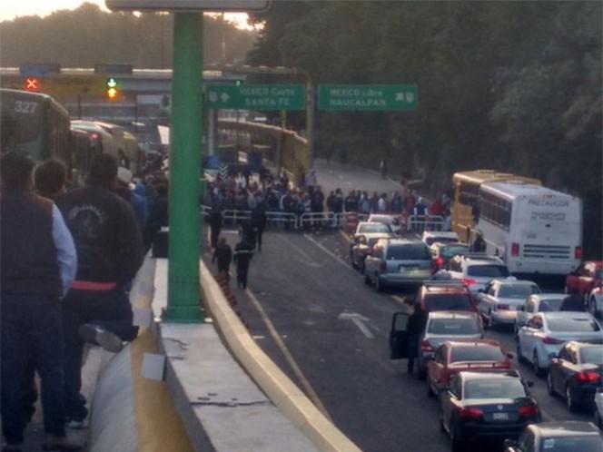Los manifestantes bloquean ambos sentidos de la autopista México-Toluca. Foto: @mr_cachetes