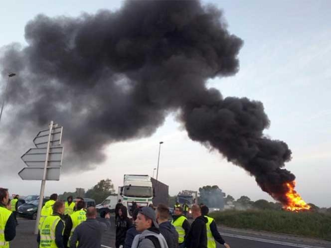 Tras dos meses de protestas, las protestas subieron de tono en la última semana cuando los sindicatos pusieron la vista en la sensible industria petrolera, bloqueando depósitos y refinerías.