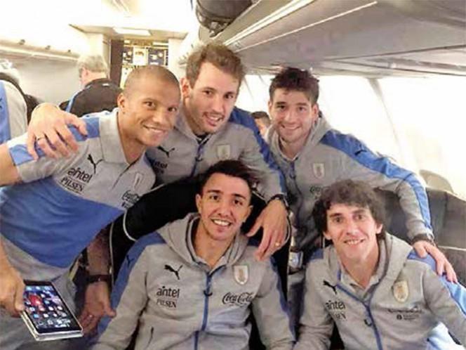 Carlos Sánchez viajó con el selectivo uruguayo rumbo a Phoenix (Foto: Tiempo de Twitter)