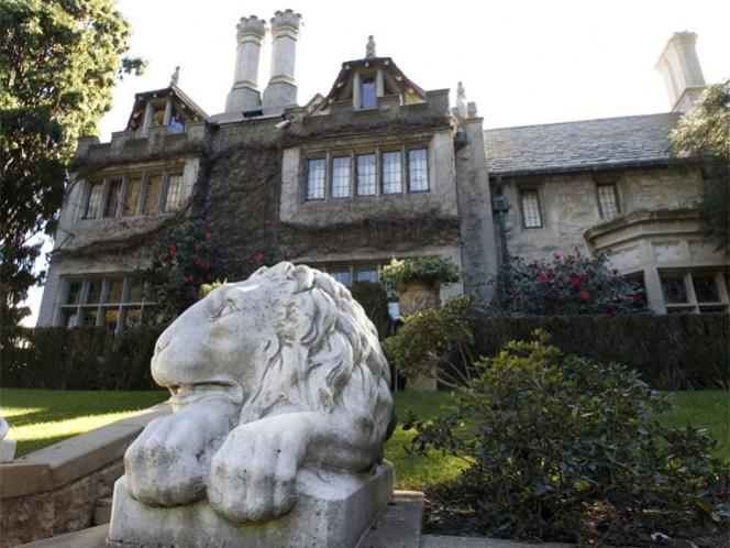 La residencia de Hugh Hefner, ubicada en el lujoso sector de Holmby Hills en Los Ángeles, agora es propiedad de Daren Metropoulos, hijo del magnate especializado en la compra de marcas en declive, como la de los panecillos industriales ultra azucarados Twinkie. (AP)