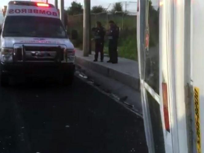 Paramédicos atendieron a tres personas que resultaron lesionadas al volcar el microbús en el que viajaban. Foto: Mirna Andrade