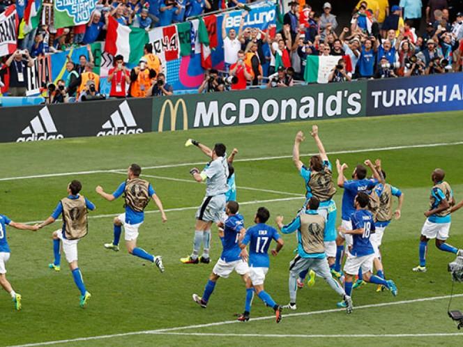Los italianos festejaron con su afición el pase a octavos de final de la Eurocopa (Reuters)