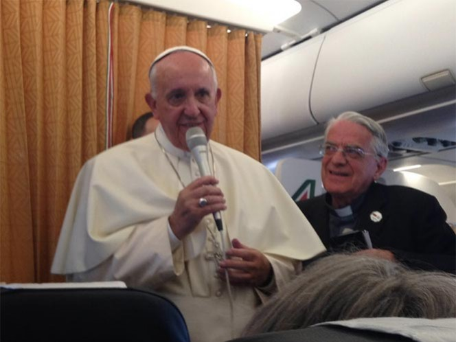 Los homosexuales y otros grupos marginados por la Iglesia —como los pobres y los explotados— merecen una disculpa, afirmó el papa Francisco