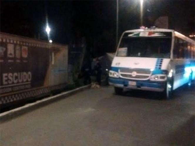 El chofer detuvo el vehículo frente al puesto de revisión que mantiene Seguridad Publica en la entrada de la Calzada General Ignacio Zaragoza. Foto: Rodolfo Dorantes