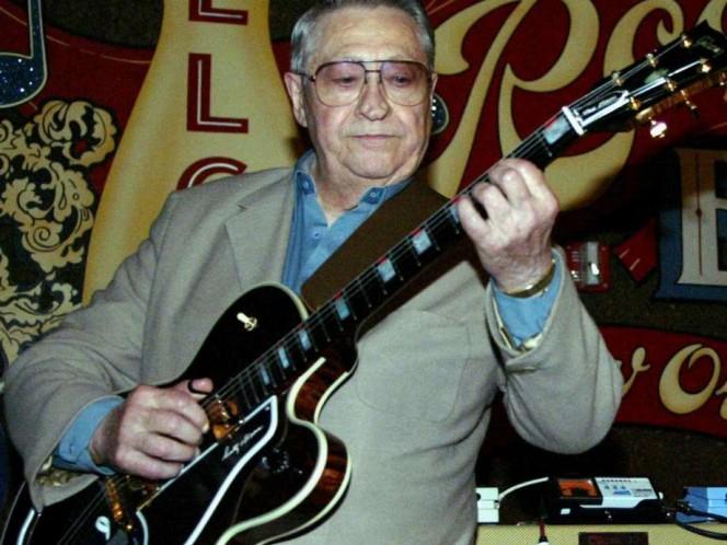 Junto con el bajista Bill Black, Moore fue miembro de la banda original de Elvis Presley, los Blue Moon Boys, y su guitarra aparece en las primeras grabaciones del legendario músico para Sun Records en 1954. (AP)