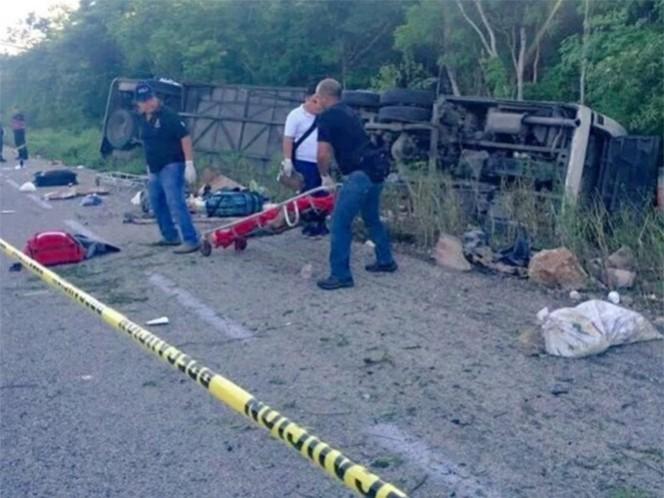 El autobús de la línea 'Tour Acosta' en la carretera Tulum-Felipe Carrillo Puerto volcó dejando más de 10 heridos; el chofer se dio a la fuga