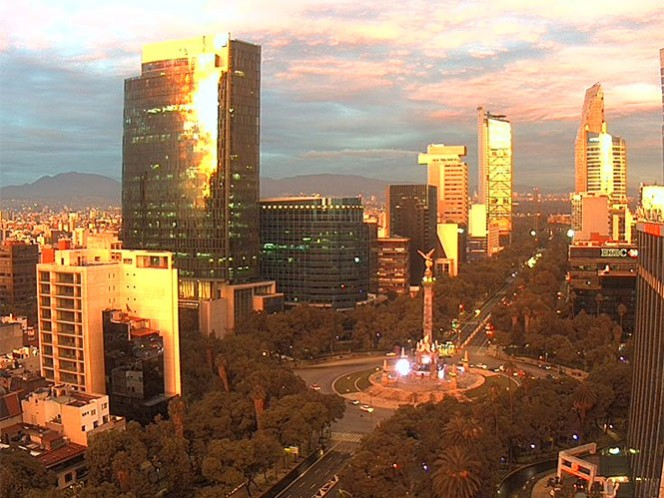 Un tono rojizo resplandece sobre Paseo de la Reforma esta mañana. Foto: Webcamsdemexico