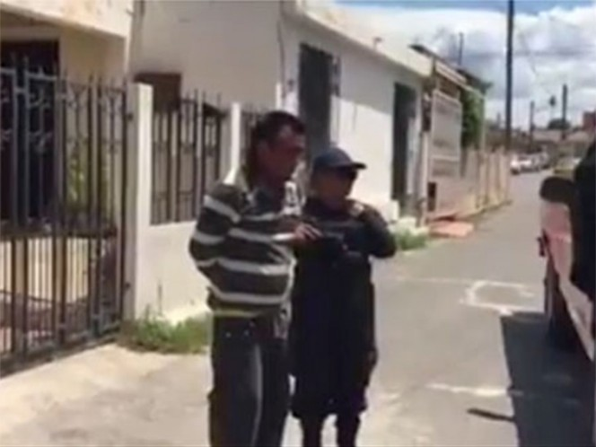 Los policías de Saltillo detuvieron a un hombre que ayudó a una transeúnte cuando fue asaltada; usuarios en redes reportaron el hecho