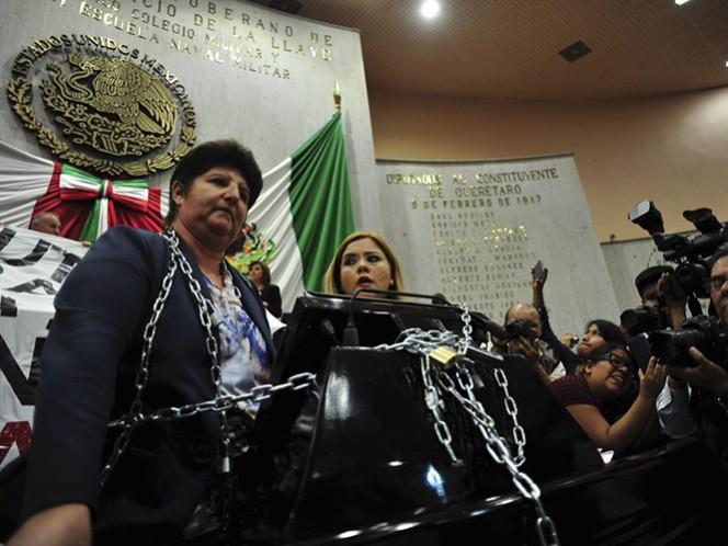 Las diputadas María del Carmen Pontón Villa y Ana Cristina Ledezma se encadenaron durante la sesión del Congreso, para protestar contra el gobernador de la entidad
