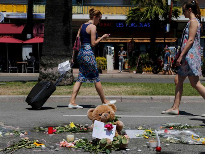 El Paseo de los Ingleses de Niza se va abriendo gradualmente al tránsito, al tiempo que se convierte en un santuario para recordar a los fallecidos. Foto Reuters