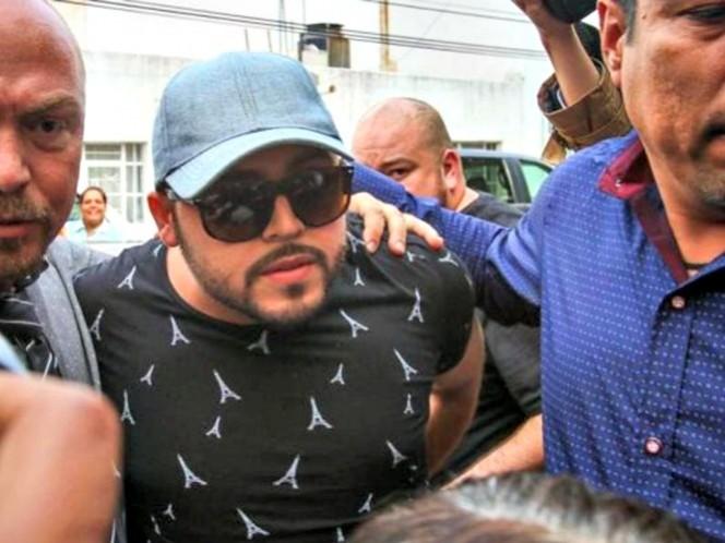 Detienen a Gerardo Ortiz en el aeropuerto de Guadalajara
