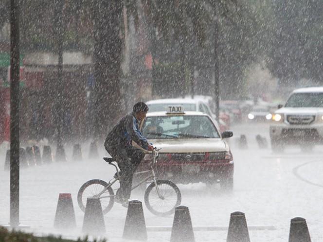 Los remanentes de Earl y la entrada de humedad del Pacífico ocasionan lluvias acompañadas de actividad eléctrica y caída de granizo. Foto Cuartoscuro