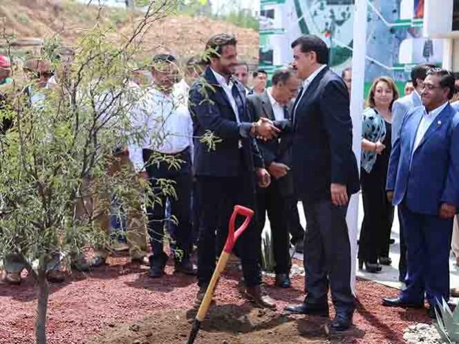 Rafael Pacchiano entregó a Francisco Olvera el Inventario Estatal Forestal, por lo que Hidalgo es el primer estado en recibir dicho documento